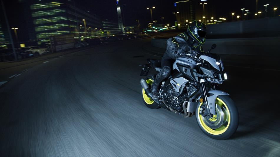 2016-Yamaha-MT-10-EU-Night-Fluo-Action-010